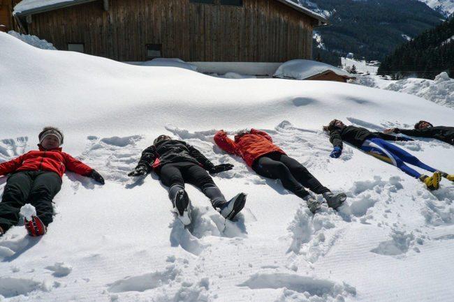 Schneengel machen –Spiel & Spaß beim Hacklbauer –Kinderparadies im Bauernhofurlaub in Altenmarkt, Salzburger Land