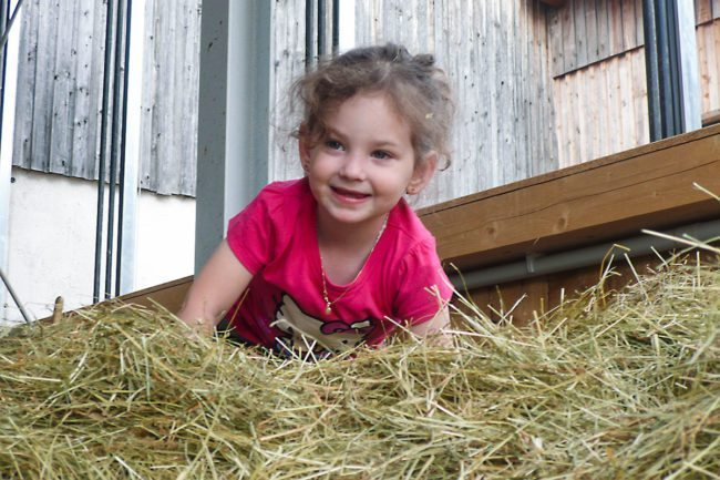 Im Heu spielen –Spiel & Spaß beim Hacklbauer –Kinderparadies im Bauernhofurlaub in Altenmarkt, Salzburger Land
